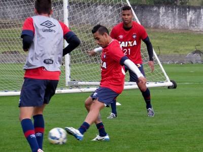 Lateral-esquerdo Natanael no treino do Atlético-PR (Foto: Fernando Freire)