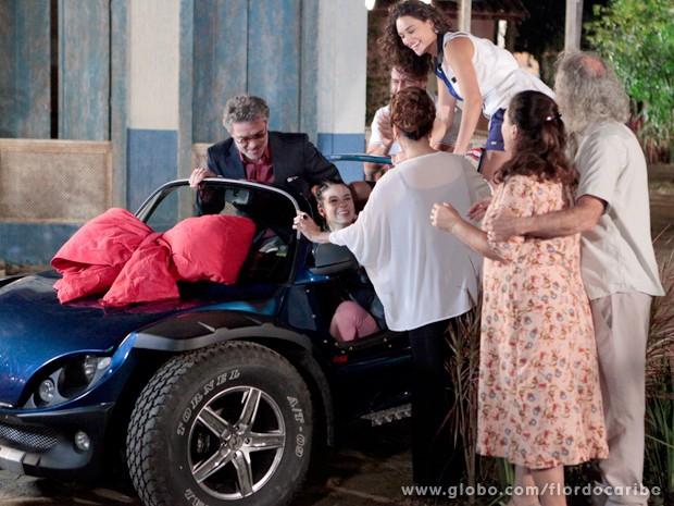Amaralina curte o novo presente junto com o avô e seus amigos (Foto: Flor do Caribe / TV Globo)