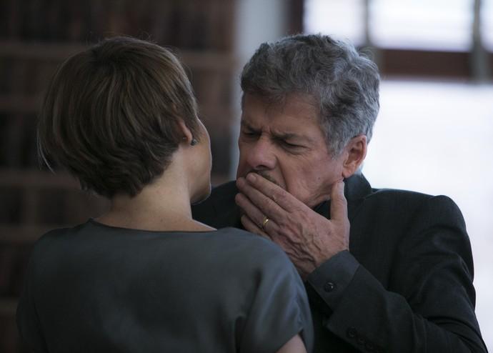 Tião tenta roubar um beijo e Helô morde sua boca (Foto: Raphael Dias/Gshow)