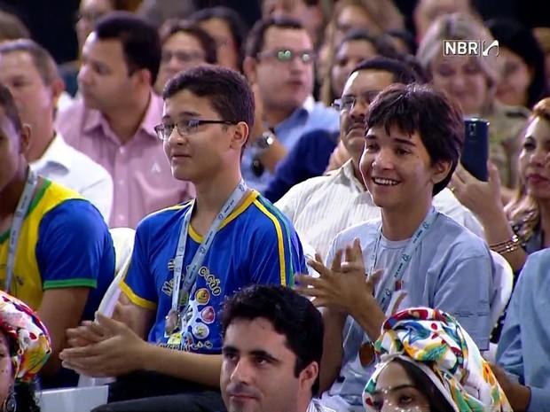 Alunos de Cocal dos Alves assistem ao discurso da presidente Dilma (Foto: Reprodução/CBR)