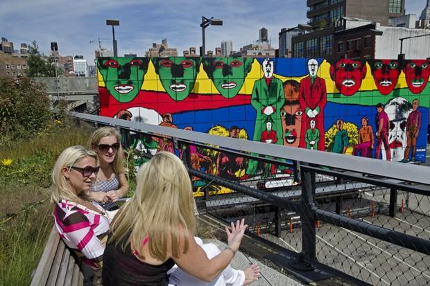 Do alto do High Line, os passantes observam um painel de 23 metros de comprimento criado pelo italiano Gilbert e pelo inglês George  (Foto: © Haroldo Castro/Época)