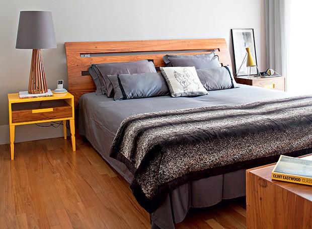 O proprietário, o publicitário Rafael Carmineti, contou com o trabalho das arquitetas Gabriela Marques e Claudia Tiezzi na reforma e na decoração do apartamento de 223 m². No quarto, a cama tem cabeceira e criados-mudos de freijó  (Foto: Lufe Gomes/Casa e Jardim)