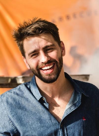 """Nossa ideia é simples: barbecue gourmet feito por e para bons amigos. Estamos falando de cortes tradicionais, hambúrgueres e acompanhamentos feitos com tempero tipicamente carioca"""", diz Pedro Benoliel (Foto: André Motta)"""