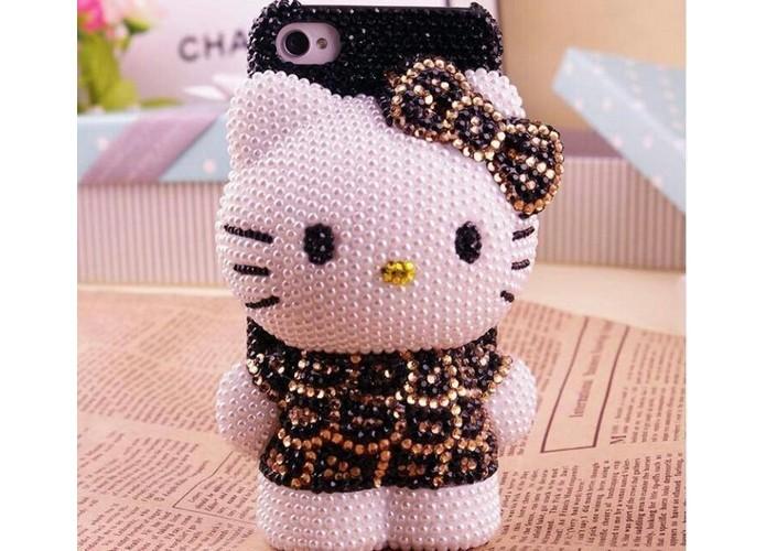 Hello Kitty de pelúcia com pedrinhas fica pendurada na capa para iPhone (Foto: Reprodução/Pinterest)