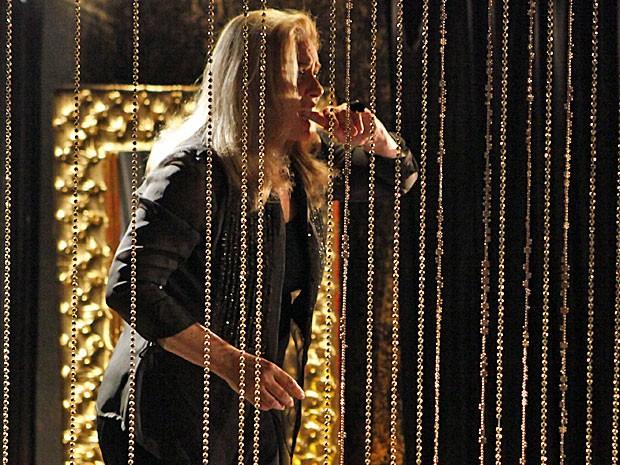 Irina morde o dedo de tanto desespero (Foto: Salve Jorge/TV Globo)