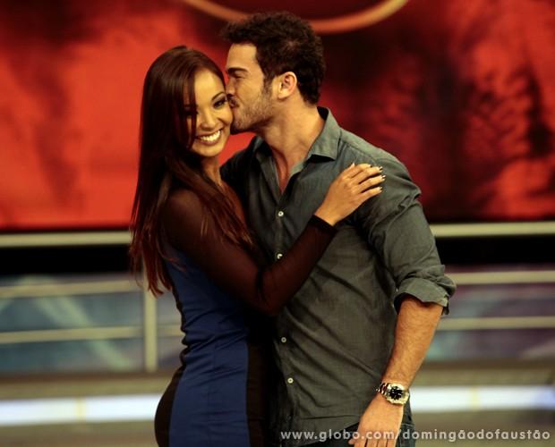 Carol Nakamura e Sidney Sampaio estão namorando de novo (Foto: Domingão do Faustão / TV Globo)