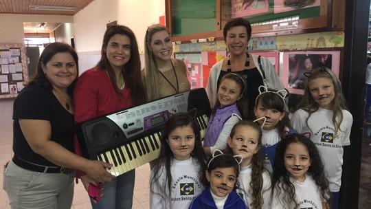 Ex-'The Voice Kids' Rafa Gomes doa instrumento e ajuda crianças de escola pública