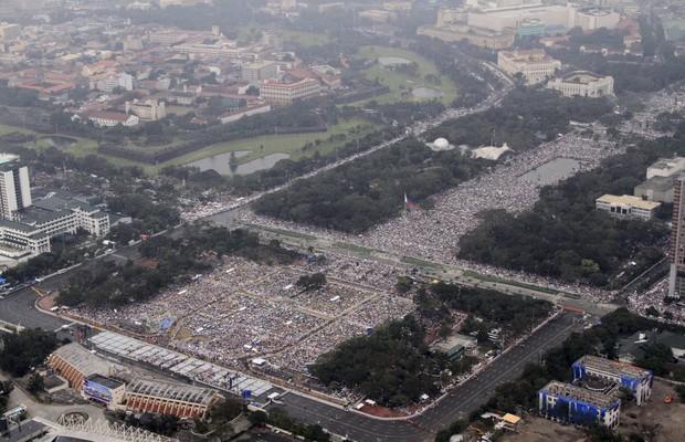 Imagem feita pelas Forças Armadas das Filipinas mostra missa do papa Francisco em Manila, Filipinas. Segundo o Vaticano, mais de 6 milhões de pessoas compareceram (Foto: Philippine Air Force, Sgt. Ray Bruna/AP)