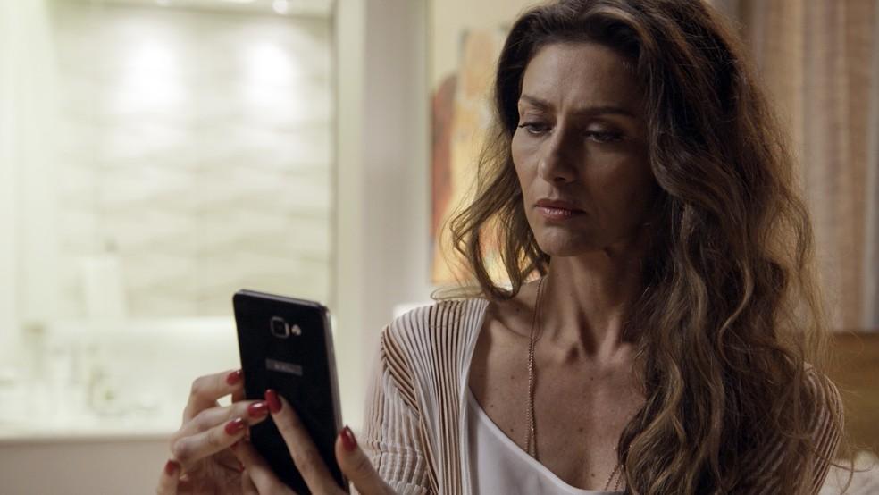Joyce leva um susto quando vê que Irene está ligando para Eugênio (Foto: TV Globo)
