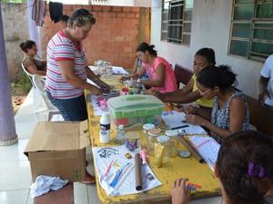 No Bairro Morada Digna, um grupo de 15 mulheres está aprendendo a modelar artesanatos em biscuit (Foto: Rogério Aderbal/G1)