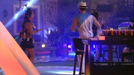 Marcos se joga na pista de dança depois de ficar um tempo sozinho em mesa
