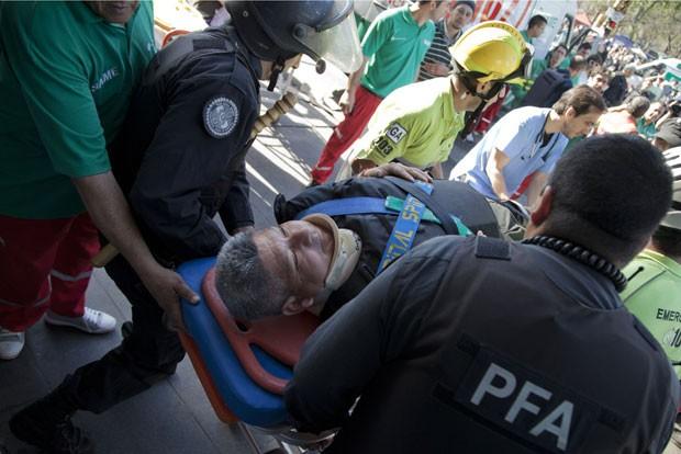 Ferido é socorrido após acidente (Foto: Eduardo Di Baia/AP)
