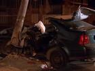 Três pessoas ficam feridas após carro bater em poste durante perseguição