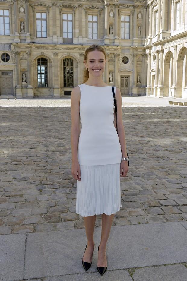 Natalia Vodianova vai ao desfile da Dior, em Paris (Foto: AFP)
