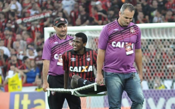 Douglas Coutinho sai machucado na vitória do Atlético-PR sobre o Vitória (Foto: Divulgação/ Site oficial Atlético-PR)