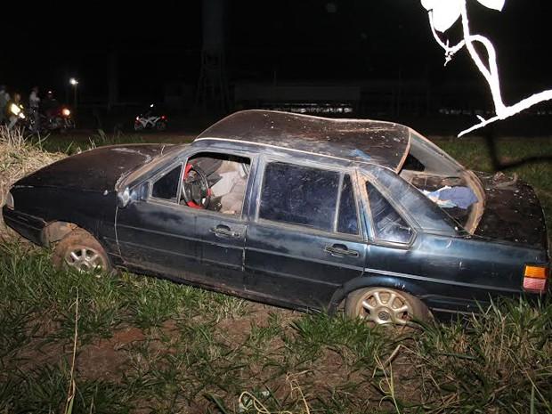 Motorista perdeu o controle da direção e morreu no local do acidente (Foto: Ermenson Rodrigues/Panorama Notícia)