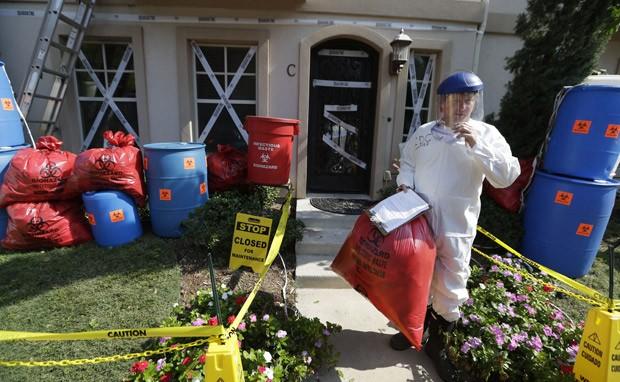 James Faulk posa em frente a sua casa, decorada para o Halloween com o tema de ebola (Foto: AP Photo/LM Otero)
