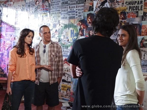 Julia não se convence muito com a nova namorada do irmão (Foto: Além do Horizonte/TV Globo)