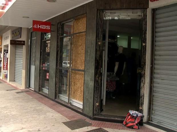 Loja de roupas é arrombada em Vila Velha (Foto: Reprodução/ TV Gazeta)