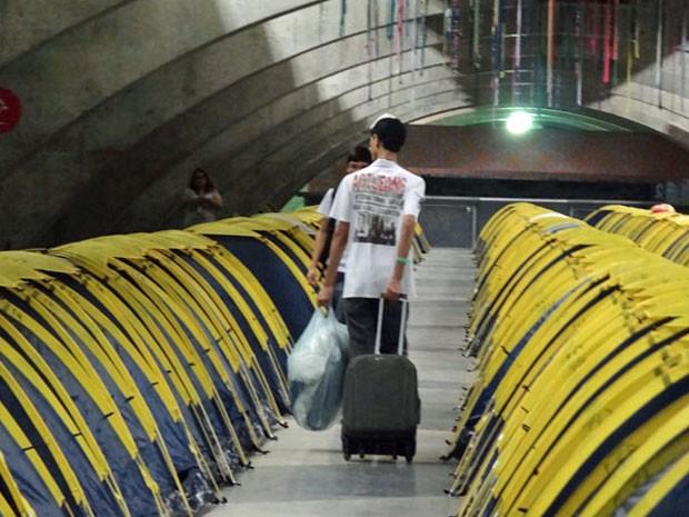 Campuseiros começaram a checar ao Recife carregando malas, colchões e, claro, computadores e acessórios (Foto: Luna Markman / G1)