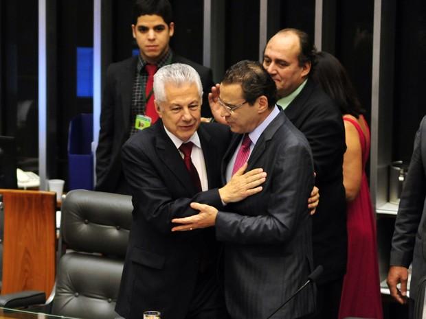 O deputado Arlindo Chinaglia (esq.) recebe os cumprimentos do presidente da Câmara, Henrique Alves, depois de ter sido eleito vice-presidente da Casa (Foto: Gustavo Lima / Agência Câmara)