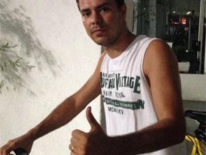 Alexandre Tolentino, de 25 anos, participa da World Naked Bike Ride, mas sem ficar nu (Foto: Cauê Fabiano/G1)