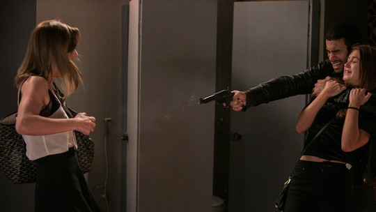 Jacaré atira em Sofia e leva Eliza como refém