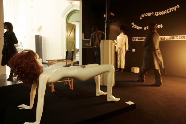 """Peças do cenário de """"Laranja Mecânica"""" em exposição na Bélgica (Foto: Getty Images)"""