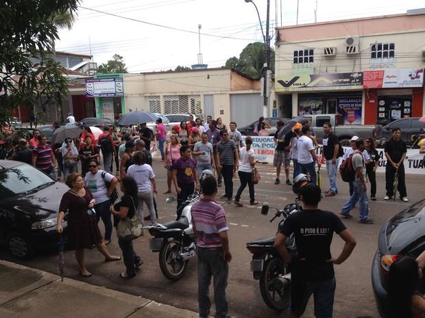 Classe se reuniu em frente a Secretaria de Educação do Amapá (Foto: John Pacheco/G1)