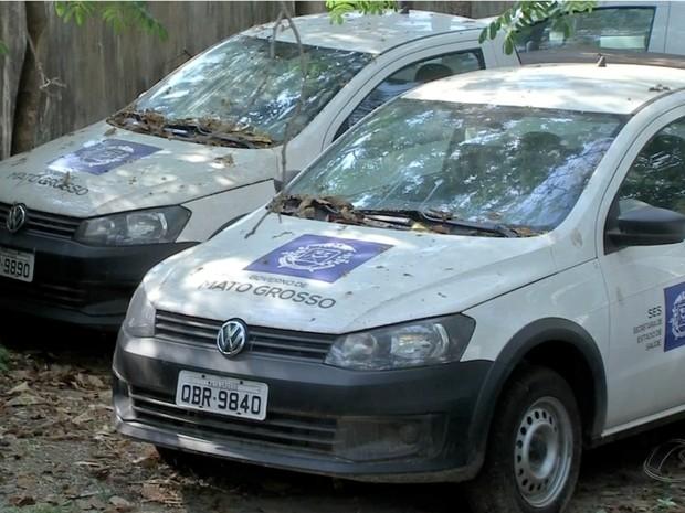 Carros estão abandonados em pátio da Secretaria de Saúde de MT (Foto: Reprodução/TVCA)