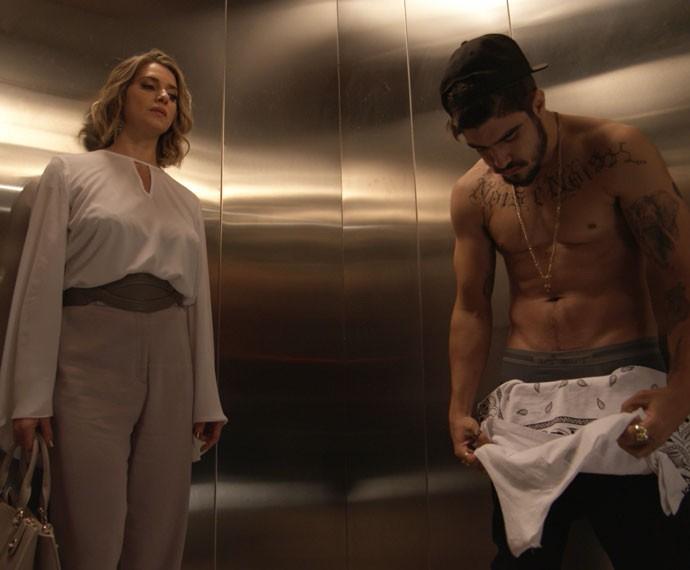 Soraya observa Grego sem camisa (Foto: TV Globo)