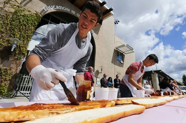 Estudantes montam sanduíche de 16 com manteiga de amendoim e geleia em escola nos EUA (Foto: Mike Blake/Reuters)