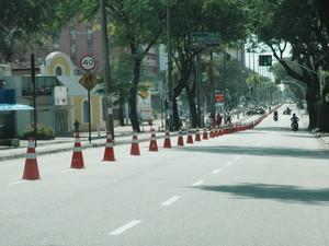 Cones foram colocados em todo percurso para garantir segurança aos ciclistas  (Foto: Frederico Martins/G1)