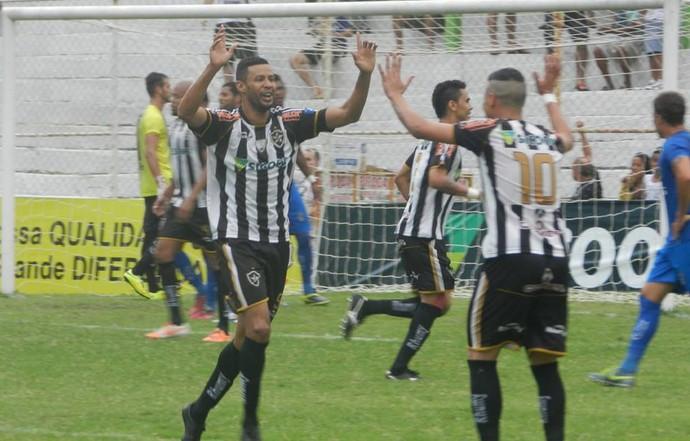 Jogadores comemoram a goleada por 4 a 1 sobre o Linhares (Foto: William Herkenhoff/Revista SportNews)