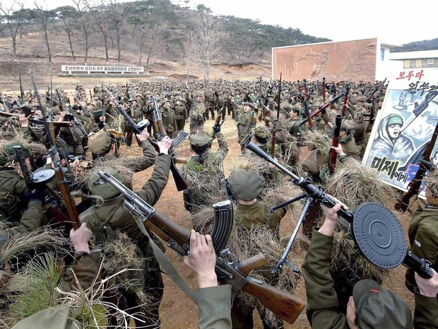 Membros norte-coreanos da Guarda Red participam de treinamento militar na imagem liberada nesta quarta-feira (13) pela agência oficial norte-coreana KCNA (Foto: REUTERS / KCNA)