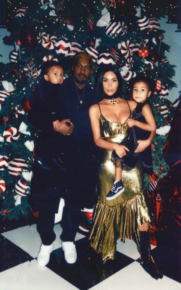 Kanye com Kim, Saint e North (Foto: Reprodução/Twitter)