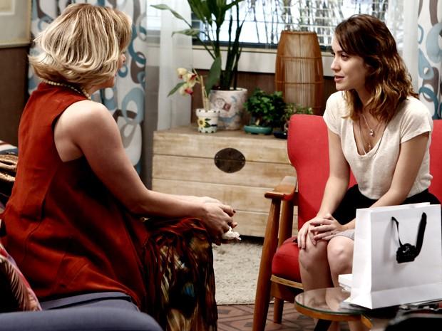 Laura recebe Samantha em sua casa e ouve proposta (Foto: Inácio Moraes/ Gshow)