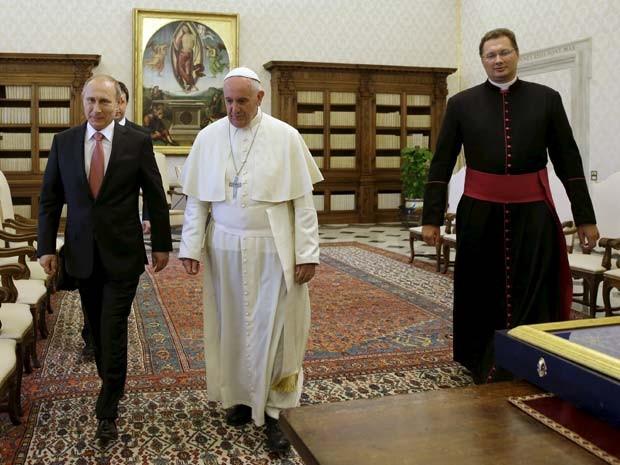 O presidente russo Vladimir Putin e o Papa Francisco se reúnem nesta quarta-feira (10) no Vaticano (Foto: REUTERS/Gregorio Borgia/pool)