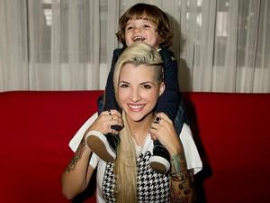 Clara, ex-bbb, posa com o filho para o EGO (Foto: Iwi Onodera / EGO)