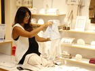 Juliana Paes faz compras em loja de artigos infantis