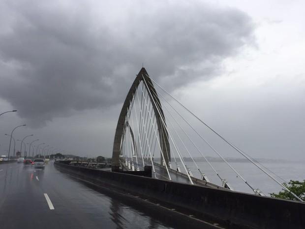 Tempo fechado sobre a ponte estaiada que faz ligação com a Ilha do Governador (Foto: Káthia Mello/G1)
