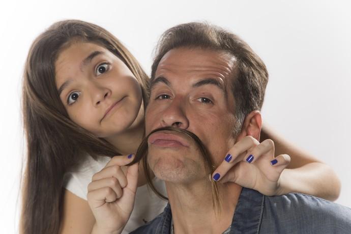 Mel Maia e Leandro Hassum brincam durante sessão de fotos (Foto: Raphael Dias / Gshow)