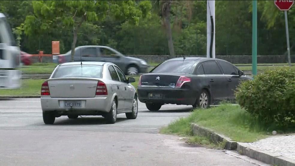 Carro do Ministério Público deixa o condomínio onde vive Jorge Picciani, presidente da Alerj (Foto: Reprodução/ GloboNews)