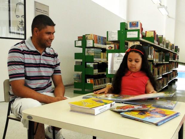 Maria Eduarda Caldeira dos Santos, menina que ganhou visita à biblioteca de presente de Natal (Foto: Rafael Bitencourt/ Secretaria de Ação Cultural de Piracicaba )