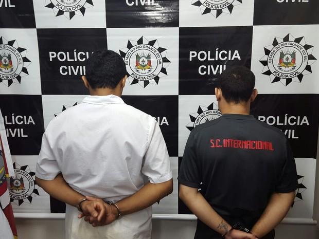 Após prisão, dois homens foram levados para a carceragem de delegacia (Foto: Divulgação/Polícia Civil)