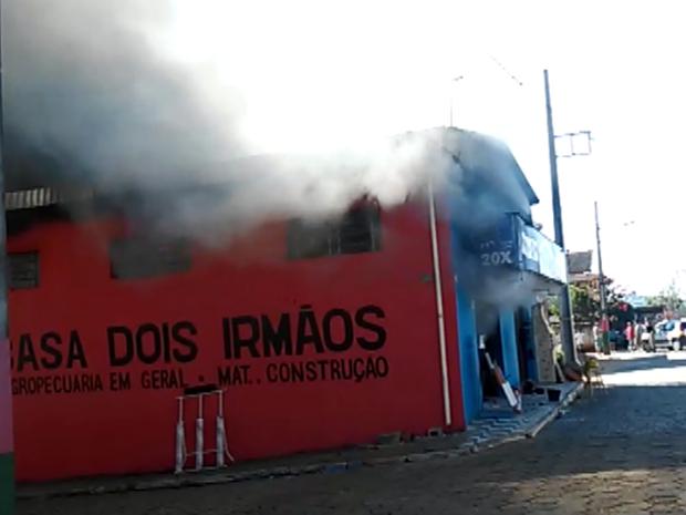 Incêndio atinge e  loja de materiais de construção em São Sebastião da Bela Vista (Foto: Reprodução EPTV)