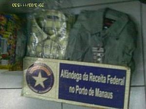 Pacote com camisa e droga apreendidos (Foto: Receita Federal/Divulgação)
