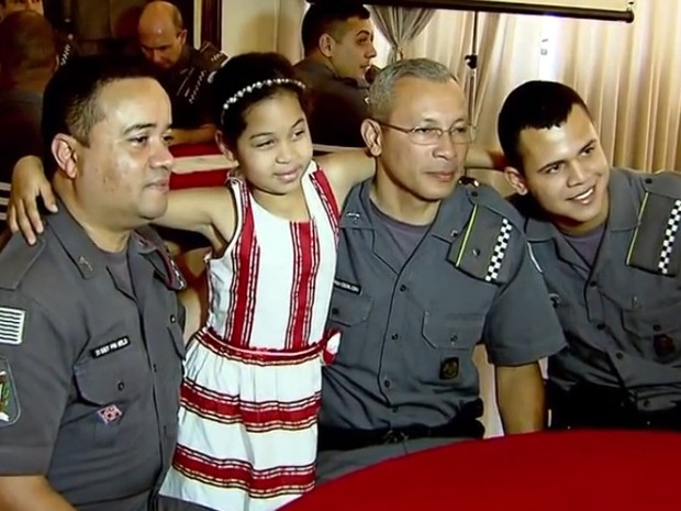 Policiais dão festa para menina que chorava na rua no dia do aniversário
