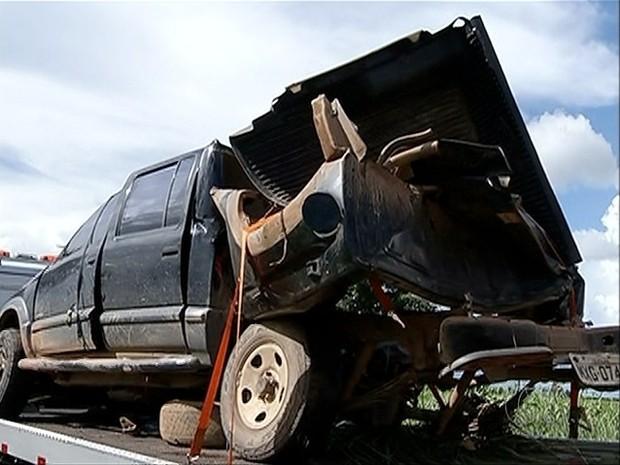 Acidente matou duas pessoas e deixou uma gravemente ferida na BR-153 (Foto: Reprodução/TV Anhanguera)