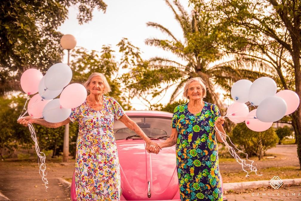 Ensaio fotográfico teve balões coloridos e até fusca cor de rosa (Foto: Camila Lima Fotografia )